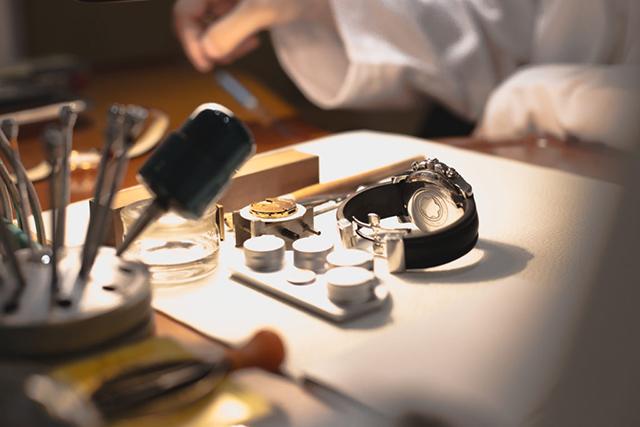 - Thay kính đồng hồ đeo tay
