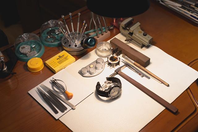 Dụng cụ thay mặt kính đồng hồ
