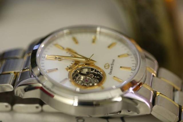 thay mặt kính sapphire đồng hồ