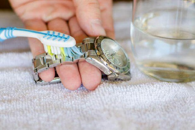 Đồng hồ đeo tay dây kim loại