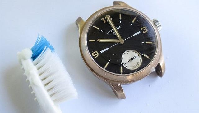 Cách vệ sinh mặt đồng hồ